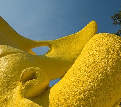 """Restauran """"El Sol Bípedo"""", escultura de la Ruta de la Amistad"""