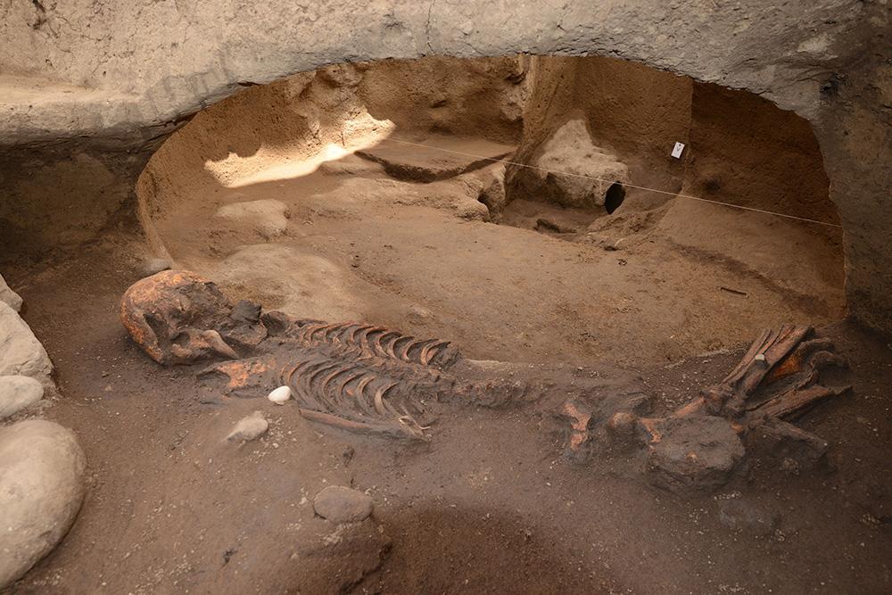Arqueólogos descubren fosas de más de 2 mil 500 años en la CDMX